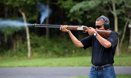 La foto d'Obama disparant un rifle apareix desprès d'una demanda dels Republicans // Casa Blanca / Getty